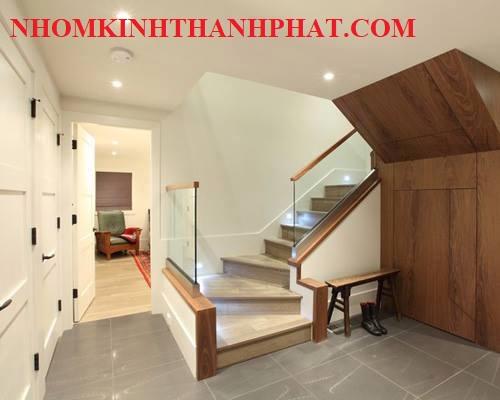 Cầu thang kính âm sàn dành cho không gian rộng