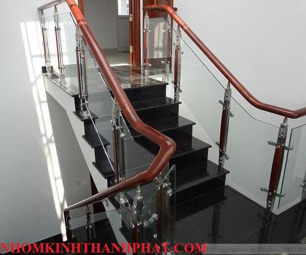 Cầu thang kính sử dụng chân trụ cao và có 2 lối lên xuống