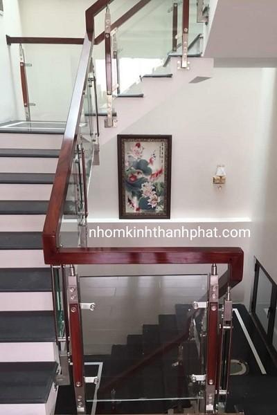 Cầu thang kính sử dụng chân trụ cao an toàn khi sử dụng