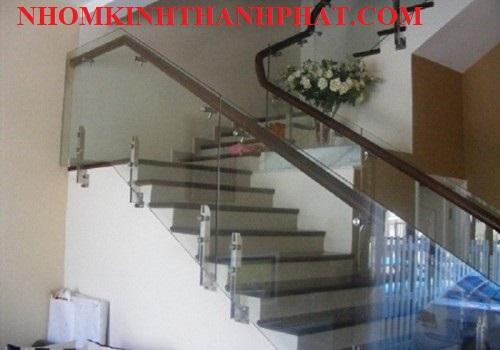 Cầu thang kính sử dụng chân trụ lửng