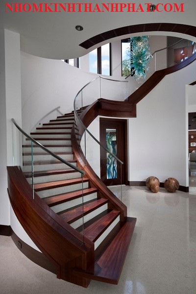 Cầu thang kính đẳng cấp làm nổi bậtkhông gian ngôi nhà