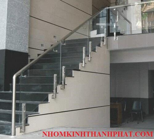 Cầu thang kính tay vịn inoxdành cho chung cư
