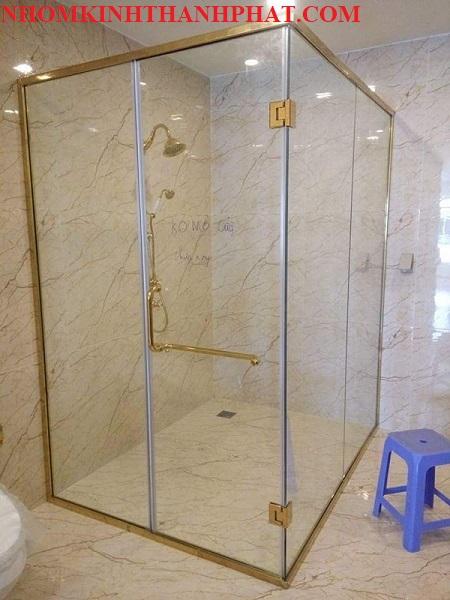 Phòng tắm kính gồm 2 mặt kính và 2 mặt tường