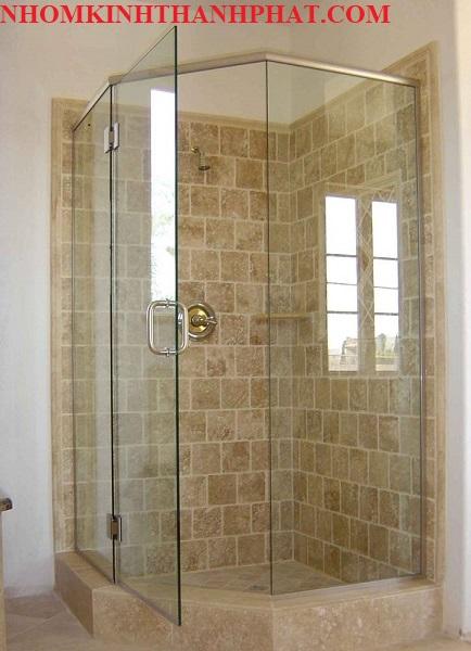 Phòng tắm kính 135 độ đơn giản với diện tích nhỏ
