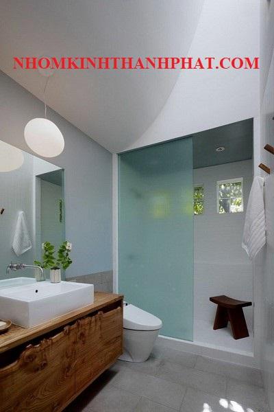 Phòng tắm kính cửa trượt treo kính mờ trong khách sạn 5 sao