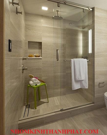 Phòng tắm kính tách biệt không gian vệ sinh