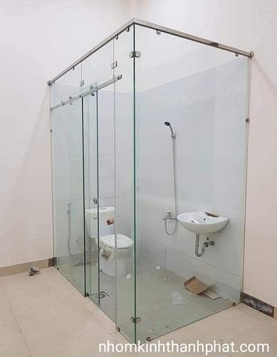 Phòng tắm kính trượt treo sử dụng kính trong suốt