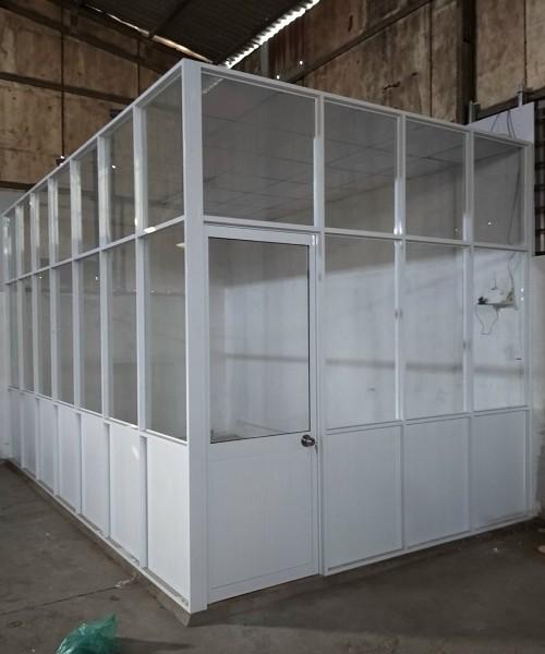 Vách ngăn nhôm kính đơn giản đượclắp đặt trong nhà kho
